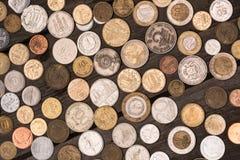 Raccolta delle monete differenti sul ripiano del tavolo di legno, mucchio del concetto delle monete Fotografie Stock Libere da Diritti