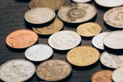 Raccolta delle monete sulla tavola Fotografia Stock