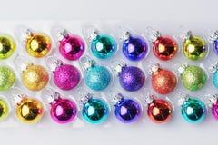 Raccolta delle palle di natale in molti colori in una scatola bianca Fotografie Stock Libere da Diritti
