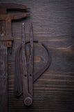 Raccolta delle scale a nonio arrugginite sul bordo di legno d'annata Fotografie Stock Libere da Diritti