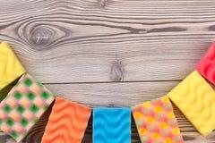 Raccolta delle spugne della cucina su fondo di legno Immagini Stock