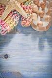 Raccolta delle stelle marine dell'impianto di lavaggio del corpo del massaggiatore sul bordo di legno Fotografie Stock Libere da Diritti