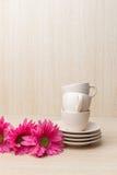 Raccolta delle tazze di caffè su di legno Immagine Stock