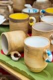 Raccolta delle tazze variopinte da vendere al bazar, accessori della cucina Immagini Stock Libere da Diritti