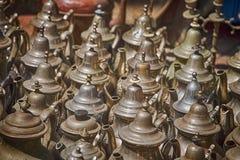 Raccolta delle teiere stagionate del metallo da vendere su una stalla del mercato Immagini Stock Libere da Diritti