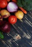 Raccolta delle verdure spostate sopra fondo nero immagine stock