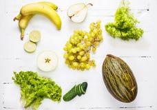 Raccolta delle verdure verdi e della frutta su fondo di legno bianco Vista superiore Fotografia Stock Libera da Diritti