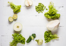 Raccolta delle verdure verdi e della frutta su fondo di legno bianco Vista superiore Spazio per testo Fotografia Stock Libera da Diritti