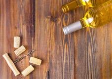 Raccolta di bottiglie del vino su fondo di legno, spazio della copia Immagine Stock