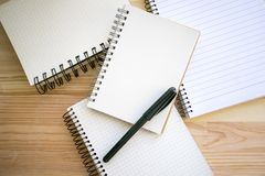 Raccolta di carta dei taccuini e penna nera di scrittura Immagine Stock