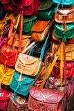 Raccolta di cuoio variopinta delle borse sul mercato di Tunisi Immagini Stock