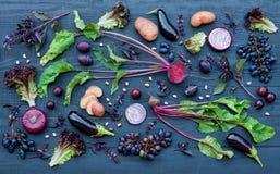 Raccolta di frutta e delle verdure porpora fresche Immagini Stock Libere da Diritti