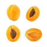 Raccolta di interi e frutti tagliati dell'albicocca isolata su fondo bianco Fotografie Stock