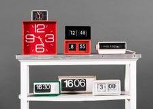 Raccolta di retro orologi sulla Tabella bianca Fotografia Stock