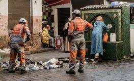 Raccolta di rifiuti in vecchio Medina, Casablanca, Morocca fotografia stock