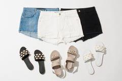 Raccolta di shorts e dei sandali del ` s delle donne Fotografia Stock