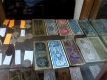 Raccolta di vecchie monete e fatture fotografia stock