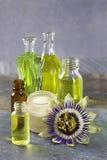 Raccolta naturale dei cosmetici - olio essenziale ed aromatico della crema, del fiore di passione Immagini Stock
