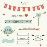 Raccolta romantica di nozze delle etichette, nastri, cuori, fiori, frecce, corone del vettore dell'alloro. Immagine Stock
