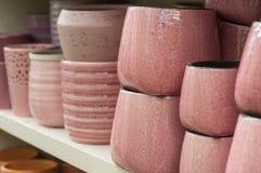 Raccolta rosa dei vasi della ceramica in deposito Fotografie Stock Libere da Diritti