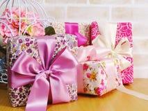 Raccolta rosa del contenitore di regalo per il giorno del ` s del biglietto di S. Valentino ed il giorno del ` s della madre Immagini Stock