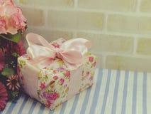 Raccolta rosa del contenitore di regalo per il giorno del ` s del biglietto di S. Valentino ed il giorno del ` s della madre Fotografia Stock