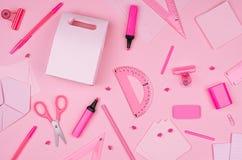 Raccolta rosa della cancelleria dell'ufficio sul fondo molle della carta di rosa pastello, vista superiore Fotografia Stock Libera da Diritti
