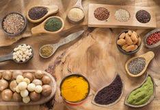 Raccolta sana del superfood Semi, spezie, frutti e cereali fotografie stock