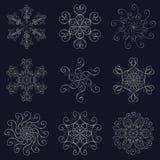 Raccolta stabilita dell'argento delle icone dei fiocchi di neve isolata su fondo blu scuro royalty illustrazione gratis