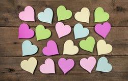 Raccolta su molti cuori variopinti su fondo di legno per amore Fotografie Stock Libere da Diritti