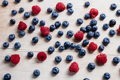 Raccolta succosa della vitamina del mirtillo e del lampone sulla tavola di legno t Immagine Stock