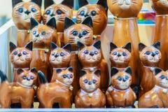 Raccolta sveglia dei gatti di legno, ricordo dell'artigianato da Thailan Fotografia Stock