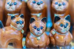 Raccolta sveglia dei gatti di legno, ricordo dell'artigianato da Thailan Fotografia Stock Libera da Diritti