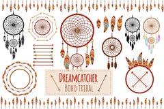 Raccolta tribale disegnata a mano con le frecce, le piume, il dreamcatcher, la struttura ed il confine, elementi floreali per il  royalty illustrazione gratis