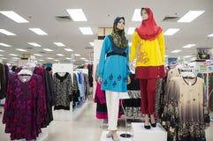 Raccolta variopinta dei vestiti di Muslimah al centro commerciale fotografia stock libera da diritti