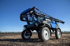 Raccolto blu di cura del trattore Fotografia Stock