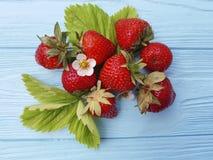 Raccolto d'agricoltura antiossidante di estate della frutta sana organica fresca della fragola su un fondo di legno blu fotografie stock libere da diritti