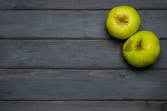 Raccolto del taglio e di tutto delle mele di autunno e succo di mele maturi rossi e verdi, da sopra sulla tavola di legno grigio  Fotografie Stock Libere da Diritti