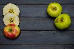 Raccolto del taglio e di tutto delle mele di autunno e succo di mele maturi rossi e verdi, da sopra una tavola di legno grigio sc Fotografia Stock
