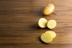 Raccolto delle patate Alimento fresco della patata delle verdure sul di legno Immagini Stock