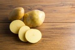 Raccolto delle patate Alimento fresco della patata delle verdure sul di legno Immagine Stock