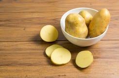 Raccolto delle patate Alimento fresco della patata delle verdure sul di legno Fotografia Stock Libera da Diritti