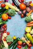 Raccolto di autunno delle verdure organiche dell'azienda agricola e della radice sulla vista blu del piano d'appoggio fotografie stock