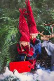 Racconto di natale Etichetta netta per un'iscrizione Giro della slitta di gnomi dei bambini nei cervi della foresta di inverno fotografia stock