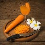 Raccord en caoutchouc coupé en tranches avec la carotte en verre de jus et le hachoir et la Floride Image libre de droits