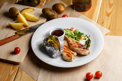 Raccordi arrostiti del pollo, peperoncino e ciliegia dei pomodori patate al forno in stagnola Immagine Stock Libera da Diritti