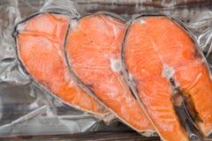Raccordi di color salmone congelati in un imballaggio sotto vuoto fotografia stock