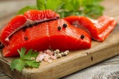 Raccordi di color salmone freschi del fiume Copper sul server di legno rustico con la s fotografie stock libere da diritti