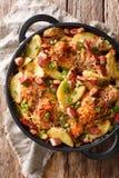 Raccordo al forno del pollo con delle patate, del bacon e del formaggio il primo piano dentro fotografie stock libere da diritti