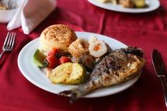 Raccordo arrostito del merluzzo con le verdure, selettive Fotografie Stock Libere da Diritti